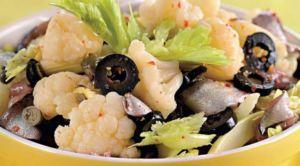 Салат из цветной капусты и оливок