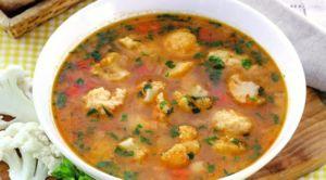 Суп с цветной капустой и клецками