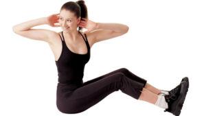 Девушка делает упражнение