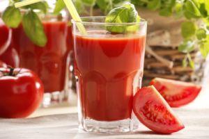 Томатный сок и дольки помидора