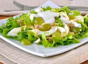 Витаминный салат из листьев салата