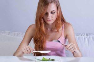 Девушка мало ест