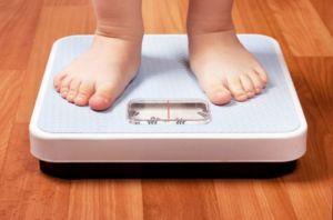 Ребенок стоит на весах