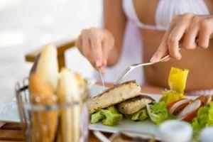 Девушка ест белковые продукты