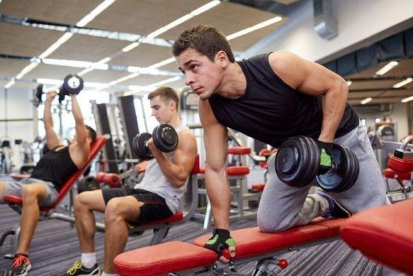 Мужчины занимаются в тренажерном зале