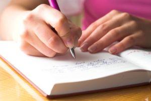 Девушка ведет дневник