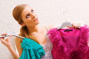 Девушка хочет померить платья