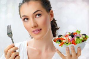 Девушка и овощной салат
