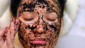 Девушке делают кофейную маску для лица