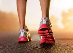 Красно-серебристые кроссовки для бега