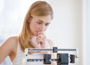 Девушка смотрит на весы