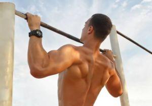 Спортсмен выполняет подтягивание широким хватом