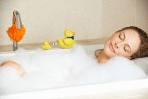 Девушка принимает ванную