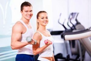 Мужчина и девушка занимаются в тренажерном зале