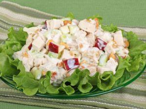 Салат из соленых огурцов, сельди и яблока