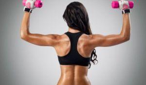 Девушка тренирует спину