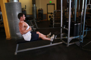 Мужчина делает тягу на тренажере