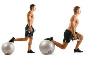 Мужчина выполняет упражнения для спины и ног