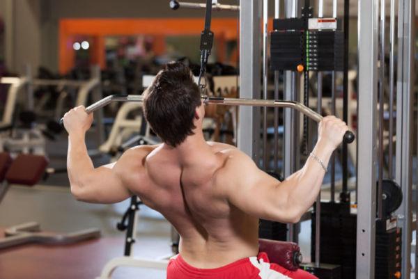 Мужчина делает упражнения на спину