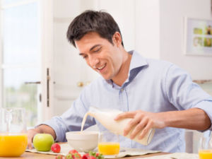 Мужчина завтракает