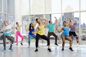 Группа людей танцуют