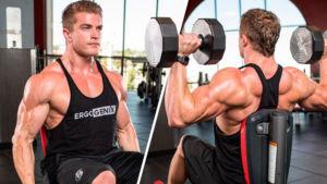 Спортсмен делает упражнения на плечи