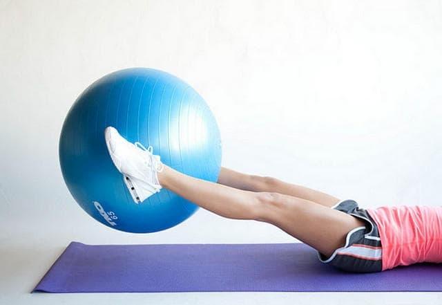 Поднятие фитбола ногами