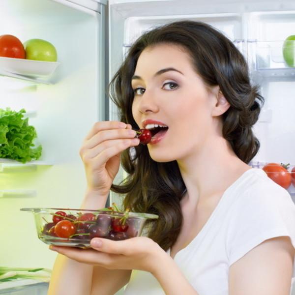 Девушка ест ягоды