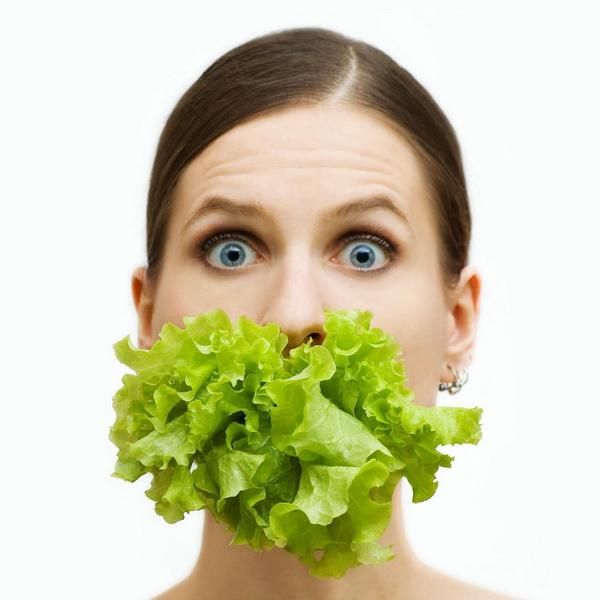 Лист салата во рту