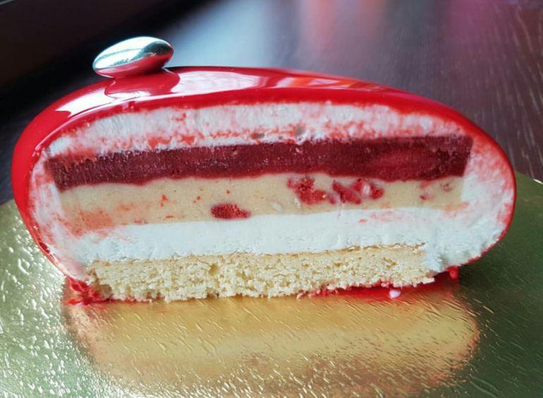 Залейте полученной смесью вишни — и снова поставьте торт в холодильник на пару часов.