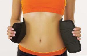 Женщина в поясе для похудения