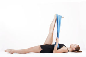 Упражнение для растяжки с эластичной лентой