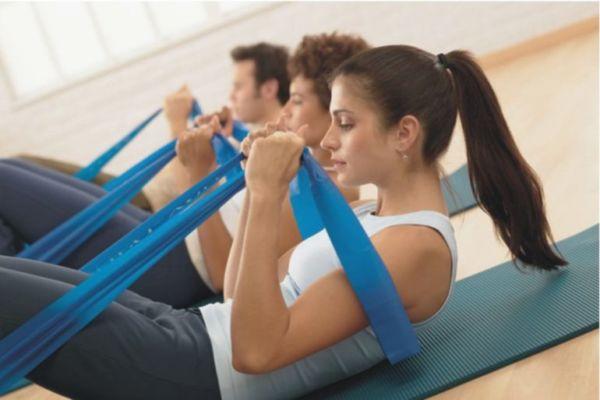 Упражнение с эластичной лентой: для ягодиц и спины, рук, ног и пресса