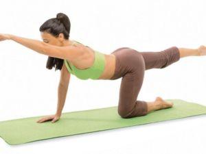 девушка делает упражнение для спины