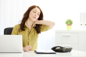 Женщина сидит на работе