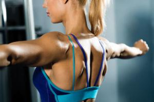Девушка тренирует мышцы спины