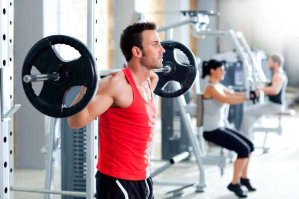 Круговая тренировка для мужчин в тренажерном зале