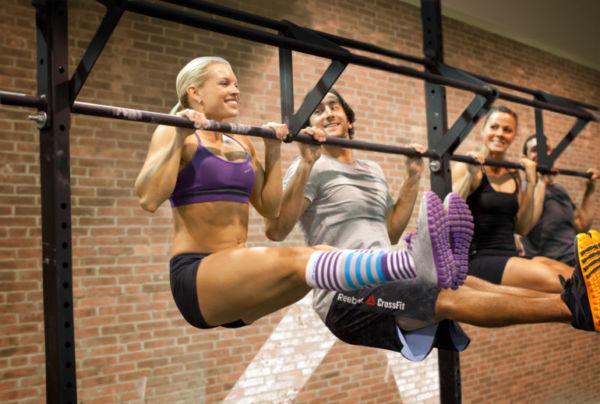 Парни и девушки делают упражнения