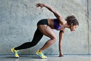 Девушка выполняет упражнение на выносливость