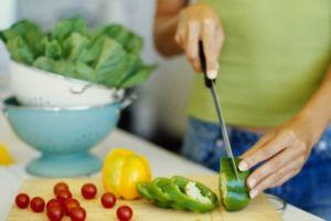 Девушка делает салат