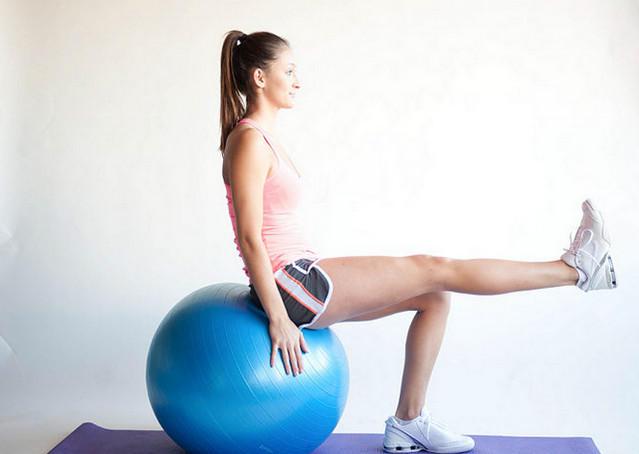 Выпрямление ноги на фитболе