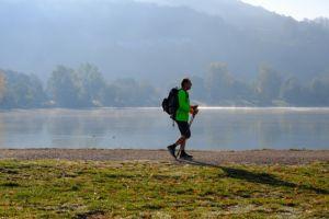 Мужчина занимается скандинавской ходьбой